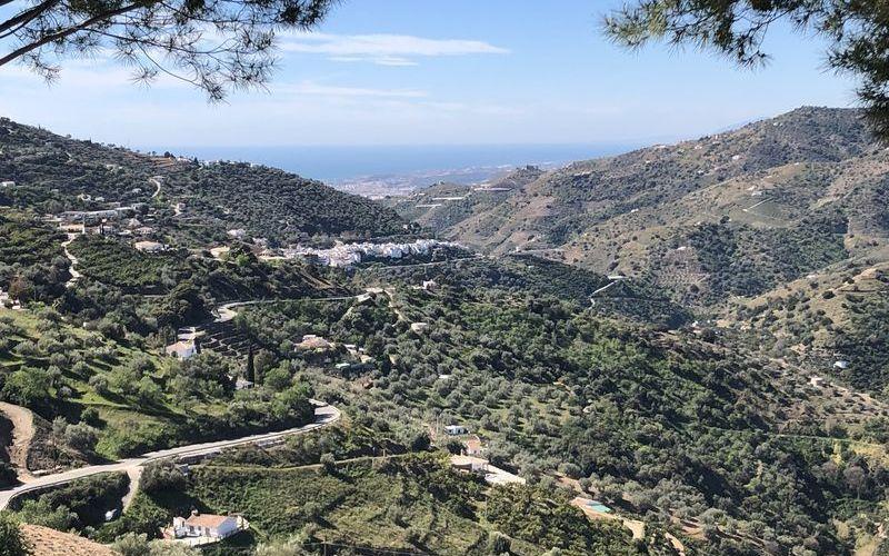 Paisajes montañosos de ensueño camino al Mediterráneo; vistas desde el pueblo de Sayalonga.