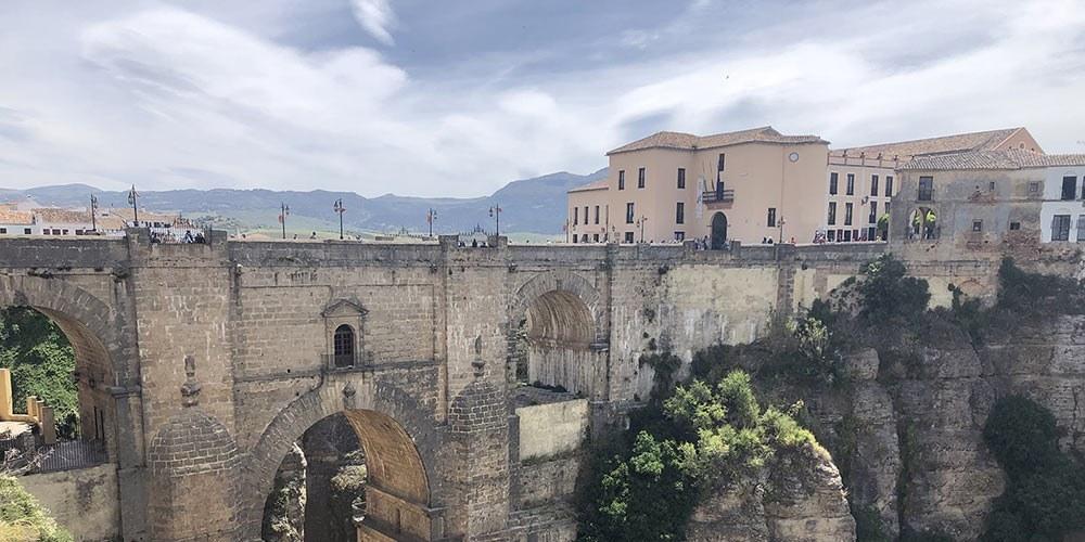 Descubra el Casco Histórico de Ronda y sus calles rebosantes de ambiente típicamente español.